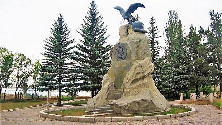 Памятник у могилы Н. М. Пржевальского в Пристань-Пржевальске