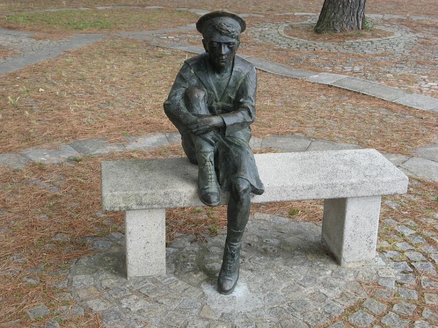 Памятник молодому Жюлю Верну в городе Нант