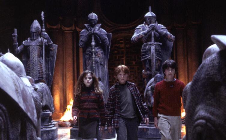 Гермиона, Рон и Гарри среди волшебных шахмат.Кадр из кинофраншизы «Гарри Поттер»