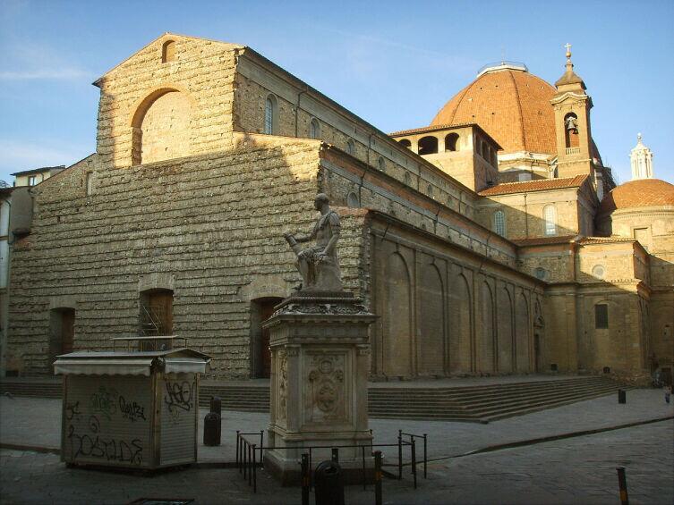 Вид на базилику Святого Лаврентия с запада