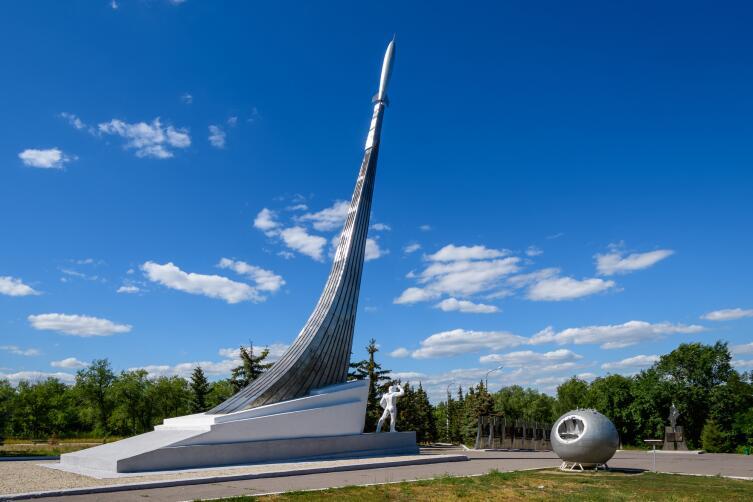 Памятник на месте посадки первого космонавта Земли - Юрия Гагарина. Смеловка, Саратов, Россия