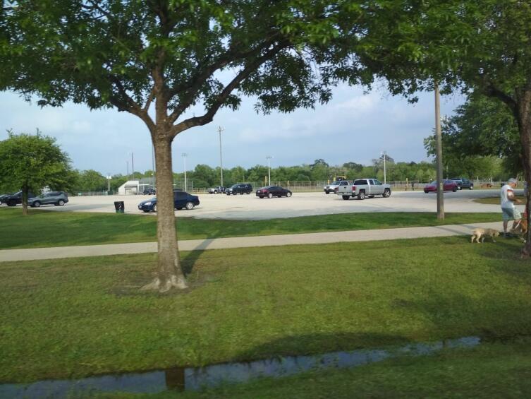 Парковка в парке, апрель