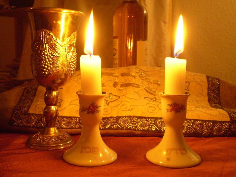 Субботние свечи и бокал для кидуша