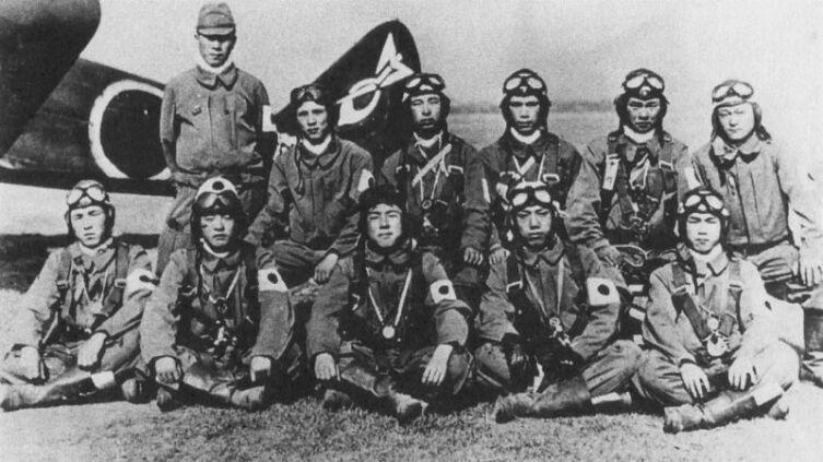 Группа японских армейских летчиков-камикадзе у истребителя Ki-27