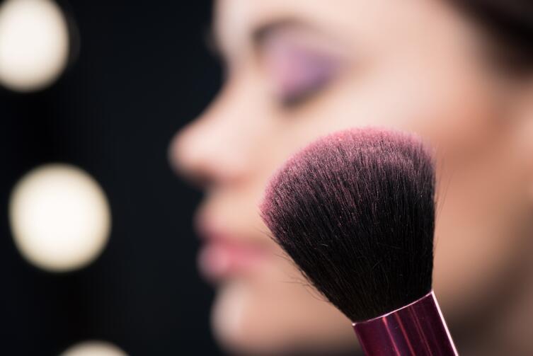 Как сделать макияж, чтобы скрыть следы усталости на лице?