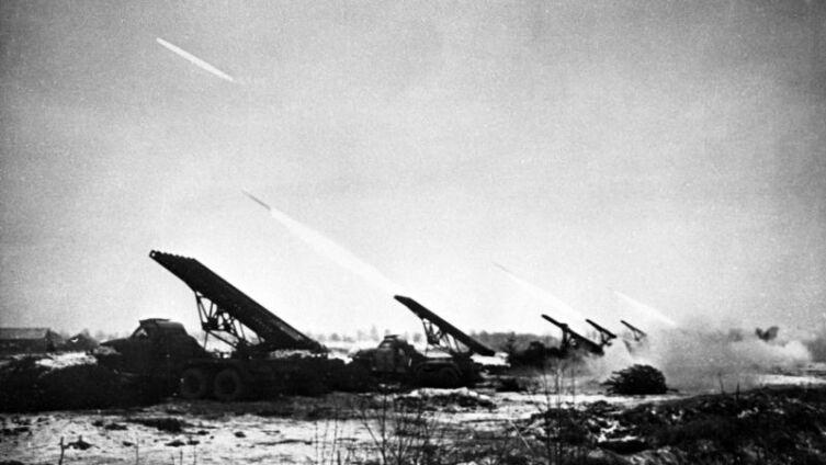 Гвардейские реактивные минометы БМ-13 «Катюша» ведут огонь в Восточной Пруссии