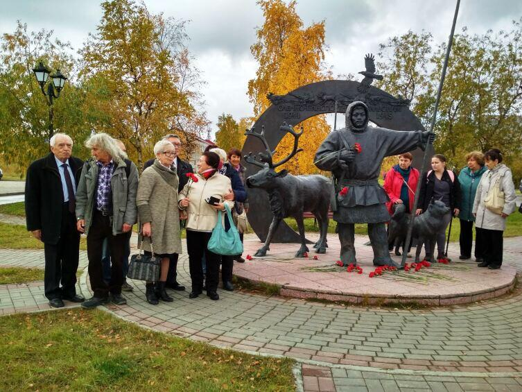 Группа из Санкт-Петербурга у памятника
