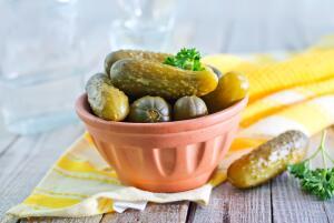 Какие салаты можно приготовить с солеными огурцами?