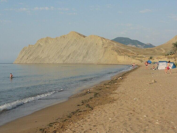 Западная часть пляжа в бухте Тихая, у мыса Лагерного (Хамелеона)