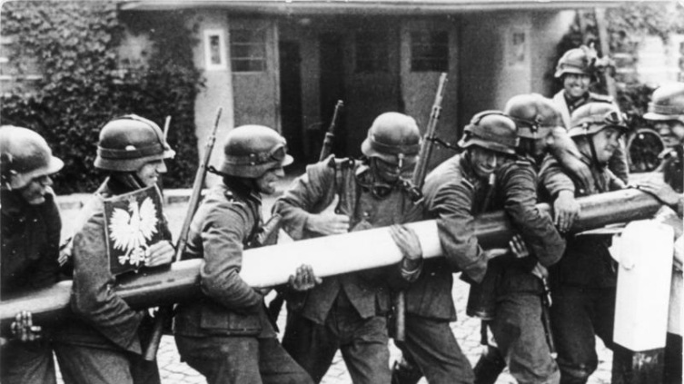 Солдаты вермахта ломают шлагбаум на пограничном пункте в Сопоте (граница Польши и Вольного города Данцига), 1 сентября 1939 г.