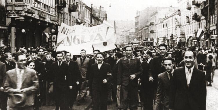 После объявления Великобританией войны Германии, поляки вышли на радостную демонстрацию перед британским посольством в Варшаве