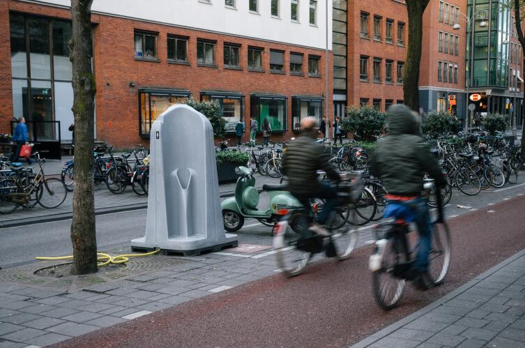 Уличный писсуар в Амстердаме