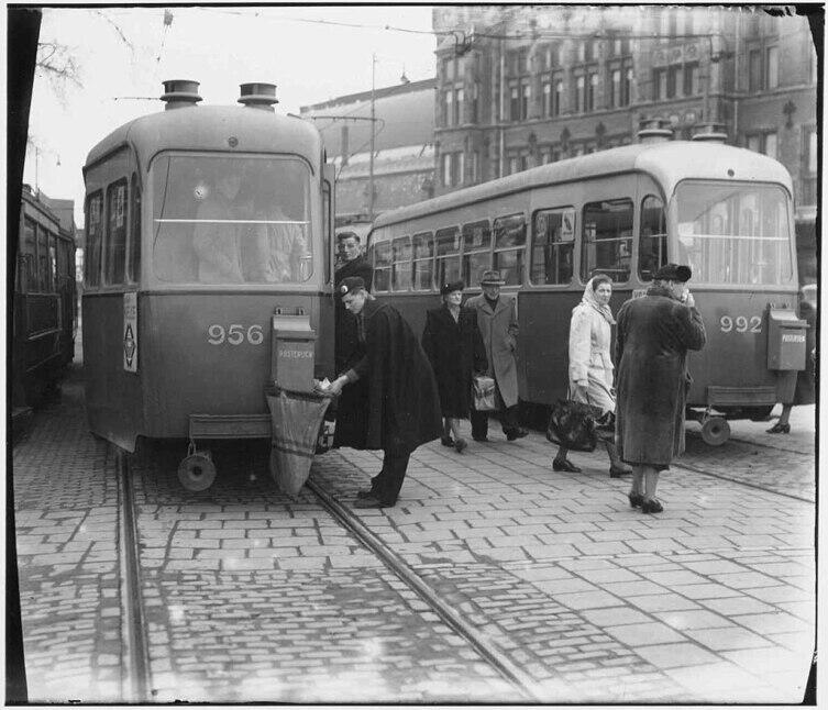 Выемка почты. Центральный вокзал Амстердама, 1951 г.