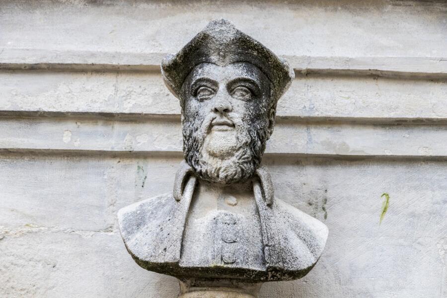 Бюст Мишеля Нострадамуса на фонтане в родном городе Сен-Реми-де-Прованс. Франция