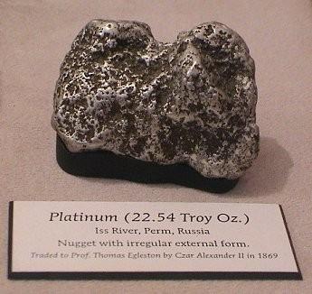 Самородок платины, найденный на Исовском месторождении. В 1869 г. передан Александром II проф. Т. Иглстоуну. Хранится в Американском музее естественной истории