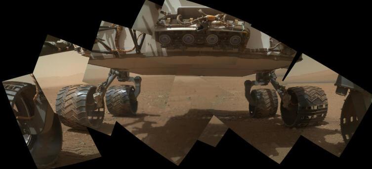 Панорама нижней части марсохода «Кьюриосити». Из снимков, сделанных камерой MAHLI