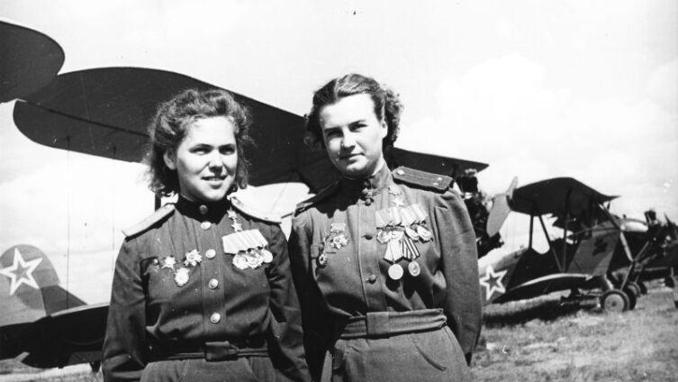 Советские летчицы Руфина Гашева и Наталья Меклин у самолетов По-2