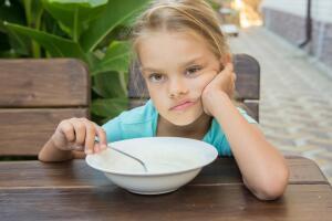 Правильно сваренная манная каша может стать самым любимым блюдом ваших малышей, напоминающим о теплоте домашнего очага, уюте, любви, нежности и ласке родителей и неповторимом вкусе детства...