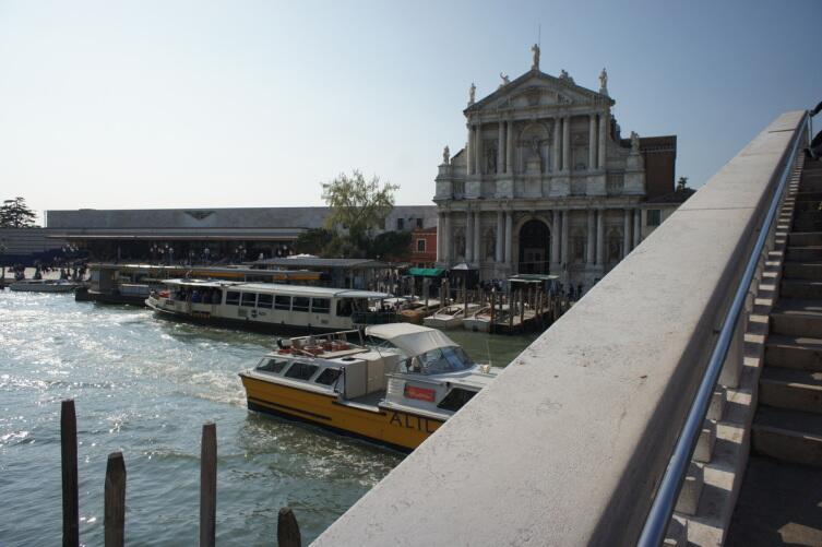 Вид с моста на вокзал и церковь Святой Марии