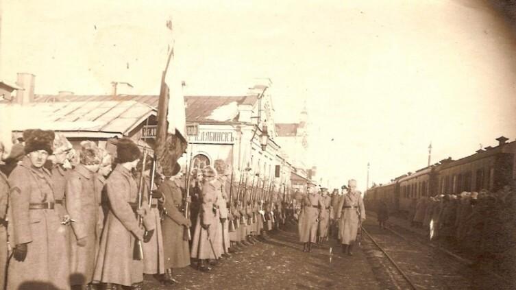 Чешский военачальник Гайда и генерал Жанен проводят смотр чехословацких войск на Челябинском вокзале