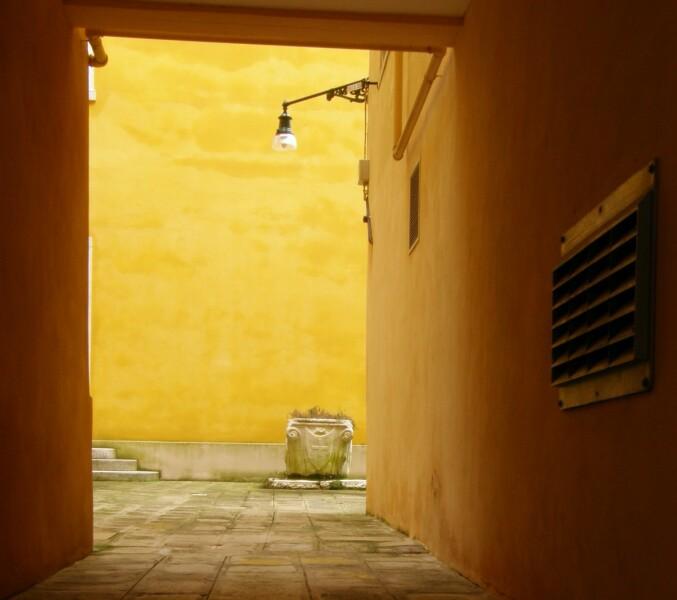Вход со стороны улицы. Слева видна лестница к двери, над которой весит лев