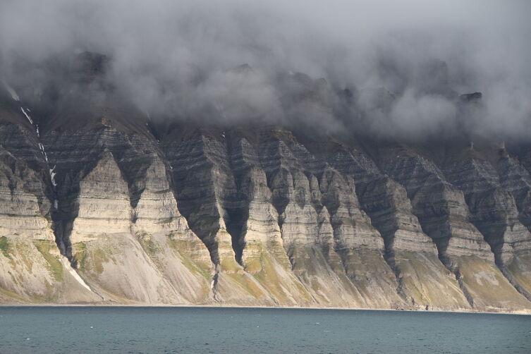Западное побережье Земли Бюнсова. Расположен в Ис-фьорд на Шпицбергене