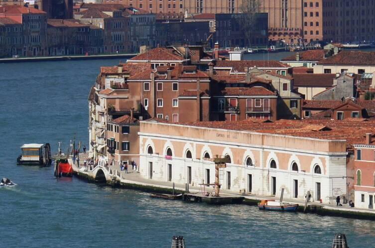 Здание с арочными проёмами — это Soloni