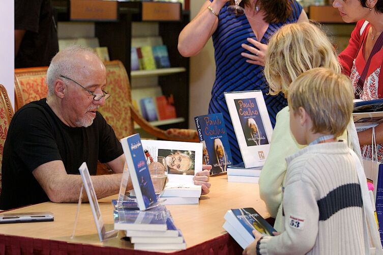 Пауло Коэльо на презентации подписывает свои книги, 2007 г.