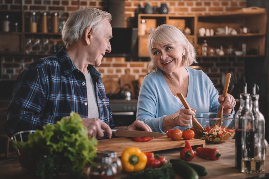 Какие продукты стоит есть чаще, чтобы сохранить слух до глубокой  старости?