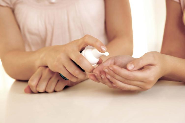Антисептик: как правильно пользоваться, что должно быть в составе, лучше ли он мыла?