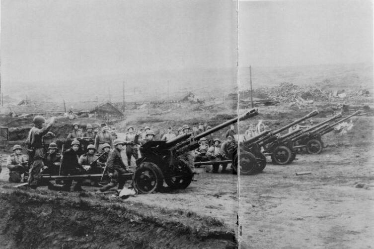Артиллеристы 101-й стрелковой дивизии дают салют в честь взятия японской базы Катаока