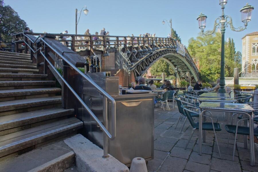 Со стороны Академии возле моста притаился ресторан
