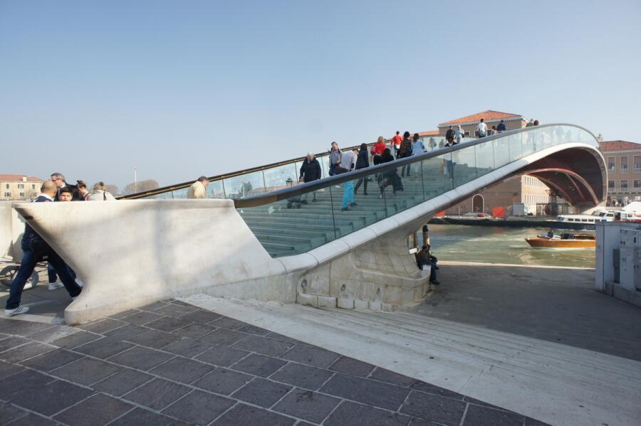 Начало моста Конституции у площади Рима
