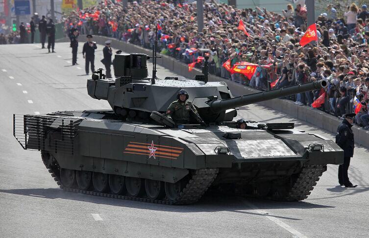 На открытом люке Т-14 виден модуль динамической защиты крыши танка