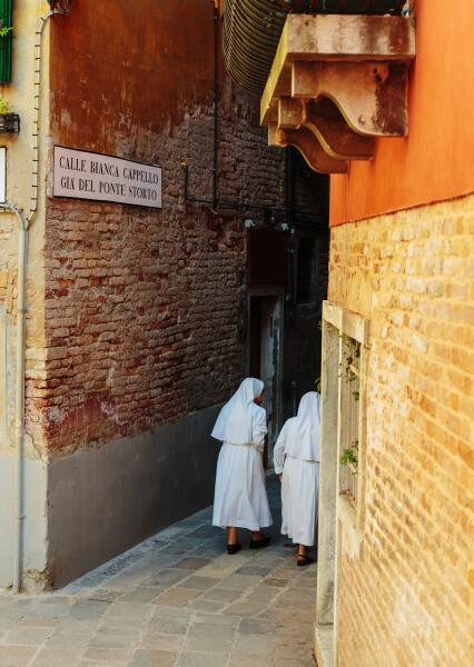 Монахини на улицах Венеции