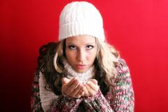 Не следует путать обычное течение из носа и першение в горле с «настоящим» гриппом, который, как правило, проявляется в быстром и сильном повышении температуры, ломоте костей и головной боли.
