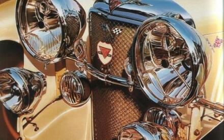 Большие сверкающие фары довоенного авто.