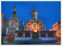 4 ноября, в день почитания Казанской иконы Божией Матери, в Казанском соборе Москвы проходит праздничное богослужение.