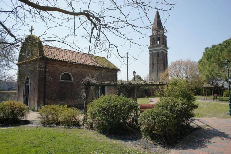 Церковный дворик. На заднем плане колокольня