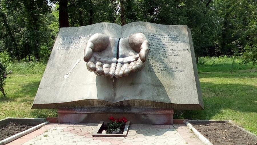 Памятник погибшим в бесланской школе № 1 в 2004 г.
