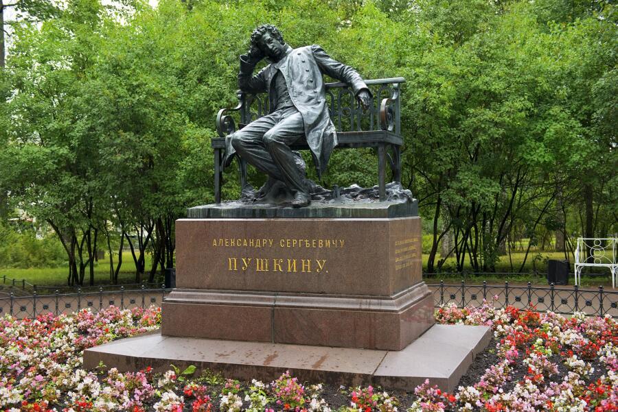 Памятник А. С. Пушкину-лицеисту в Лицейском саду