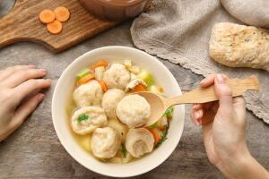 Как приготовить нежный куриный суп с манными клецками? Изысканное разнообразие