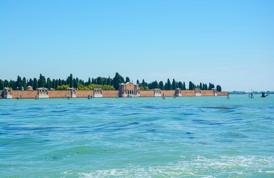 Вид на остров Святого Михаила Архангела в Венеции