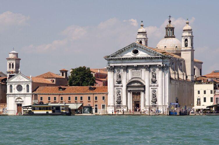 Маленькая Санта-Мария делла Визитационе (слева) рядом с помпезной Джезуати (справа)