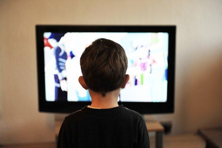Почему телевизор трещит во время показа титров?