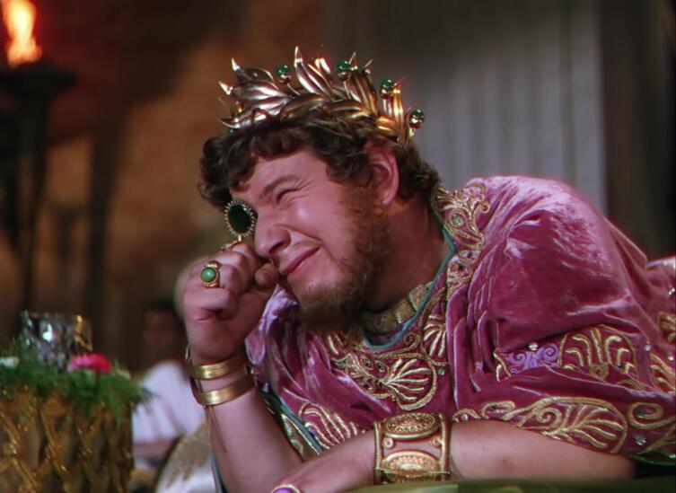 Император Нерон (Питер Устинов) смотрит через изумрудную линзу