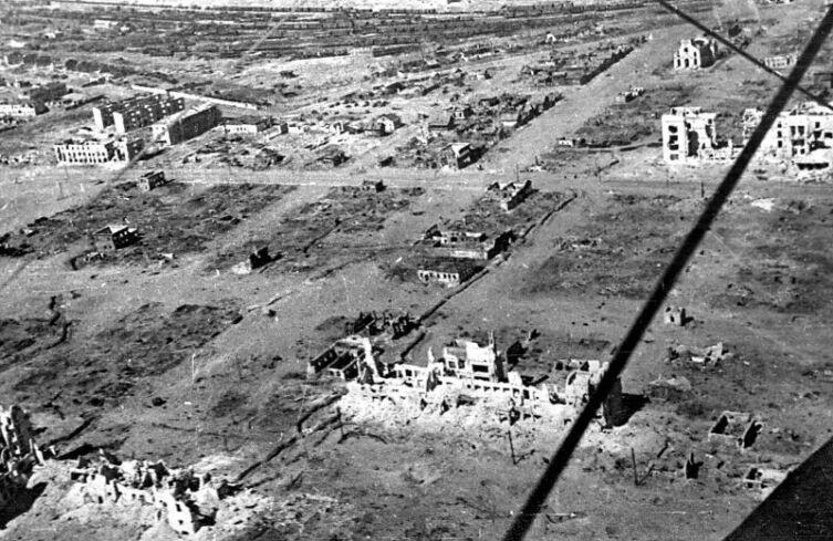Практически полностью разрушенный Сталинград через полгода после окончания боевых действий. Снято с самолета По-2.  Лето 1943 г.