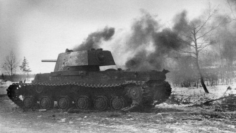 Подбитый юго-западнее Ржева советский танк КВ-1 из состава одного из отдельных танковых батальонов приданных 29-й армии генерала Ивана Масленникова. Калининский фронт