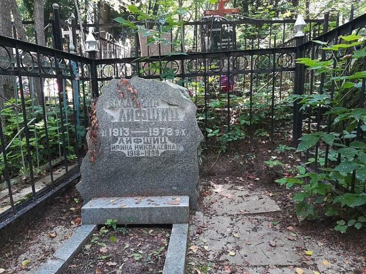 Могила на Переделкинском кладбище