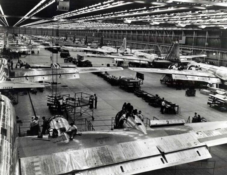 Сборка американских бомбардировщиков B-29 на заводе в Сиэттле